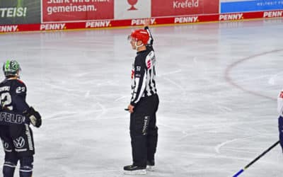 Schiedsrichter beim Spiel Krefeld Pinguine – Red Bull München 03.10.2021